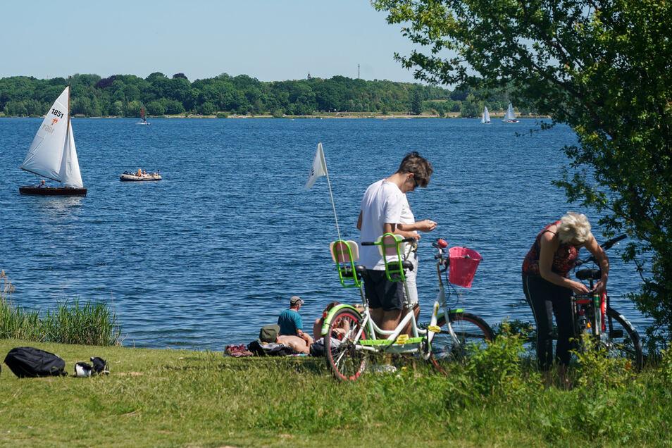 Ausflügler genießen am Pfingstmontag das warme Wetter am Cospudener See. Am Morgen fanden Sportler am Ostufer des Sees die Leiche eines 22-Jährigen.