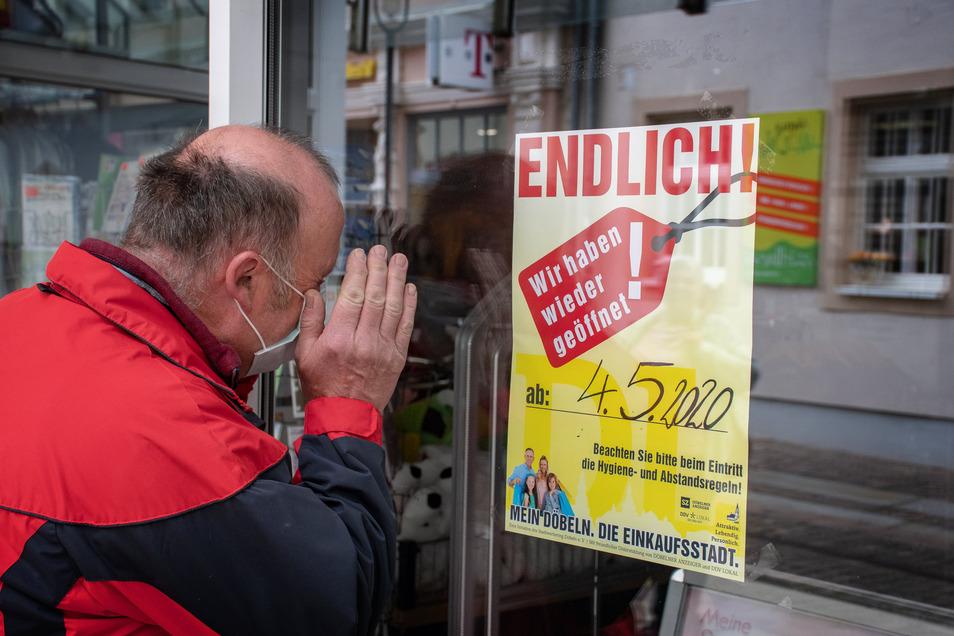 Ein Aushang an der Tür des Kaufhauses von Henwi verkündet, dass am Montag wieder geöffnet ist. Ganz klar war das noch nicht.