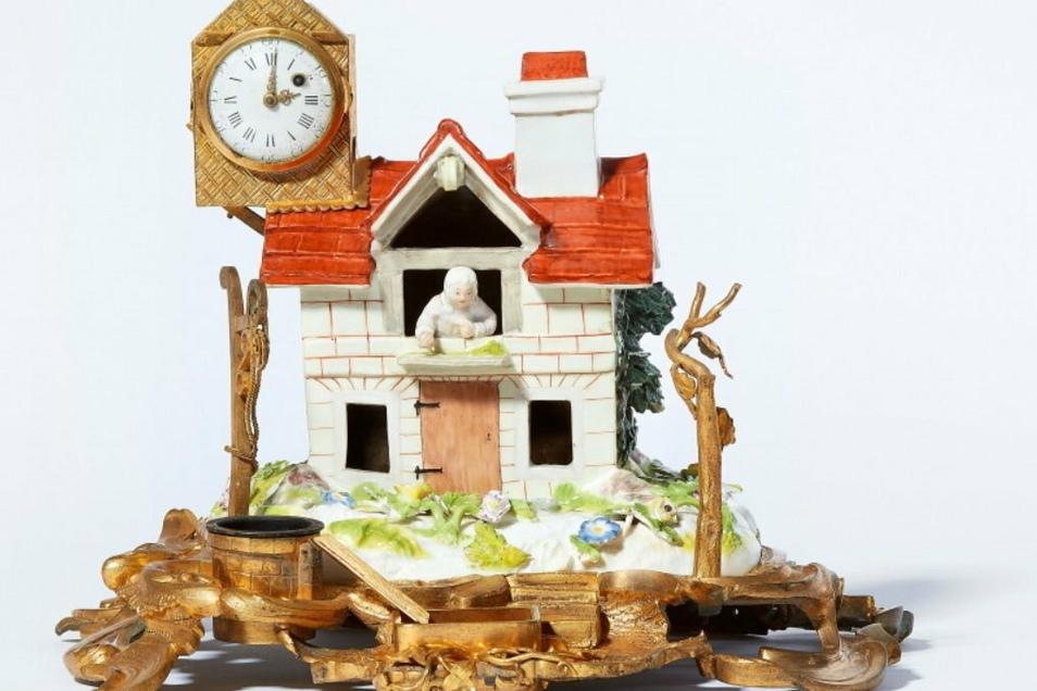 Geht vemutlich auf ein Vorbild von Porzellan-Modelleur Johann Friedrich Kaendler zurück: Diese als Bauernhaus gestaltete Schreibgarnitur wurde jetzt sehr deutlich über dem Schätzwert versteigert.