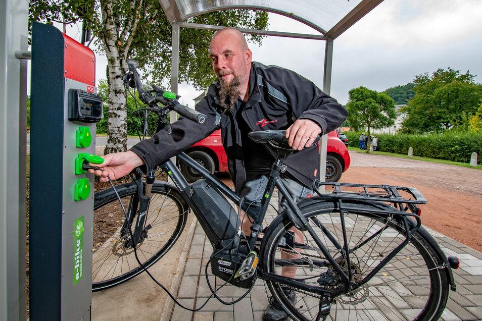 Markus Haupt, Inhaber der Firma Elektro Fleckeisen, errichtet im überdachten Fahrradunterstand auf der Ladestraße am Bahnhof eine Ladesäule für E-Bikes.
