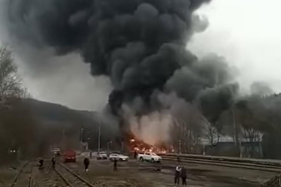 Ausschnitt aus einem Video des Facebook-Auftritts der Stadt Chrastava: Darauf sind die Flammen und die schwarze Rauchwolke deutlich zu sehen,