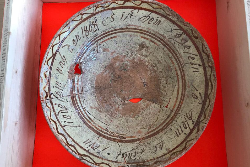 """Teller aus dem Pücklerschen Jagdschloss mit der Umschrift """"es ist ein Fögelein so klein es singt sein Liedelein nach den 1808""""  Foto: Landesamt für Archäologie Sachsen, C. Rupp"""