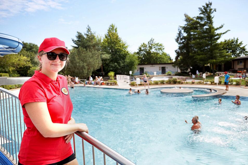 Rettungsschwimmerin Anja Blüher wacht im Strehlaer Freibad über die Badegäste. In Strehla mussten am Sonnabend erstmals Badegäste wieder heimgeschickt werden.