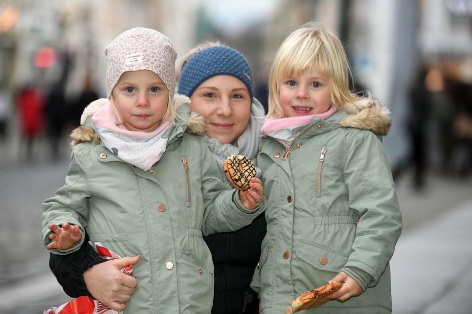 Belinda Gärtner und ihre Zwillinge Klara und Ella aus Kittlitz freuten sich über den Ausflug zum ersten Advent in die Löbauer Innenstadt.