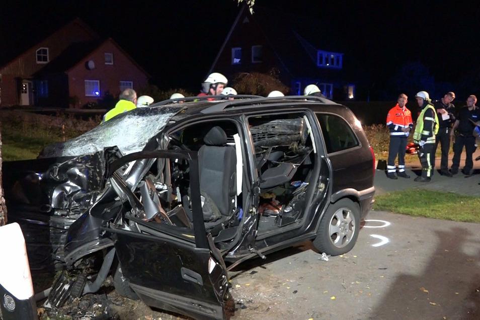 Bei einem schweren Verkehrsunfall im Landkreis Cloppenburg sind eine Mutter und ihr Sohn gestorben.