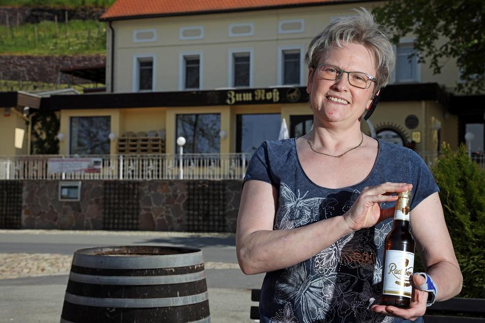 """Bei Gabriele Dörner im Diesbar-Seußlitzer Landgasthof """"Zum Roß"""" gibt es am Himmelfahrtstag Bier aus der Flasche."""