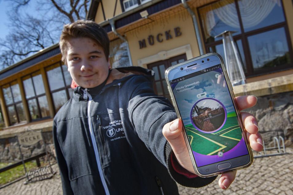 Paul Quaas zeigt auf seinem Handy den Pokéstop Mückenschänke, den er auf seiner Pokémon-Suche im Großenhainer Stadtpark gefunden hat.