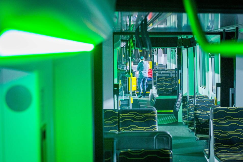 LED-Lichter über dem Eingang signalisieren, wann die Tür offen ist und wann sie geschlossen wird.