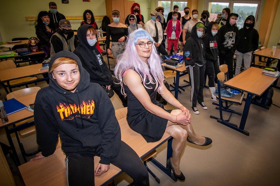 """Luisa (vorn links) hat sich als Junge, Kenny (vorn rechts) als junge Frau verkleidet. Auch die anderen Schüler der 10. Klassen haben sich zum """"Geschlechtertausch"""" einiges einfallen lassen."""