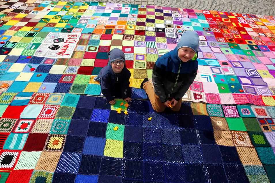Auch Linus und Magnus halfen beim Zusammenhäkeln der Teilstücke auf dem Kamenzer Markt mit.