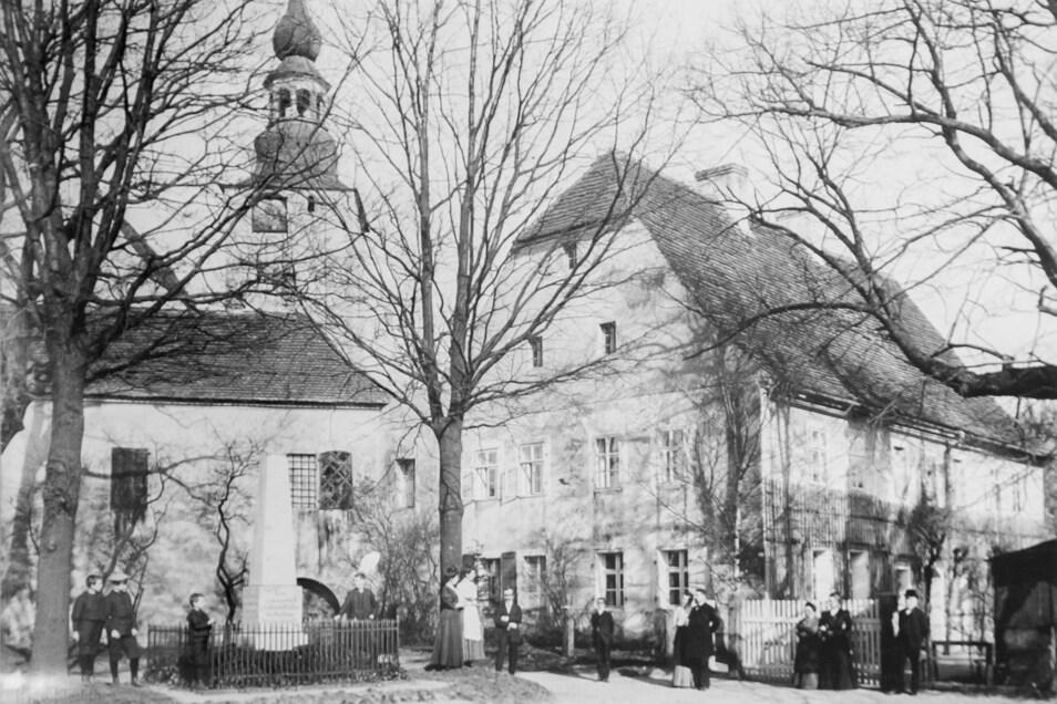 1871 wurde der Obelisk für die Opfer des Deutsch-Französischen Krieges eingeweiht. Acht Männer aus Horka und Mückenhain waren als Kriegsopfer zu beklagen..