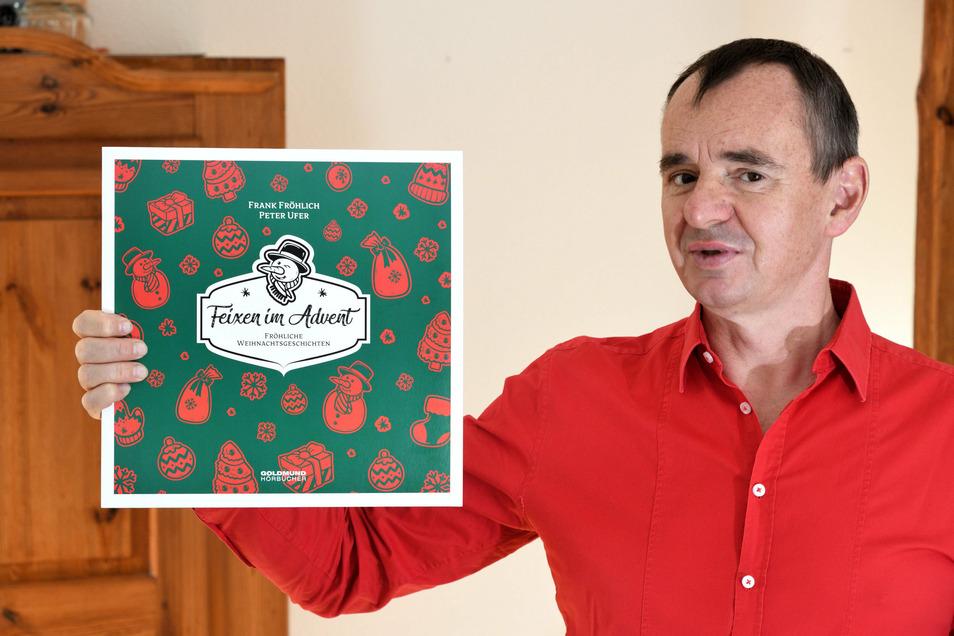 """Frank Fröhlich mit der ersten Schallplatte, die in seinem vor 25 Jahren gegründeten Verlag als Goldmund-Hörbuch erschienen ist: """"Feixen im Advent""""."""