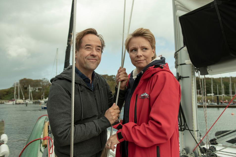 Bernd Küster (Jan Josef Liefers) und Charlie Jensen (Lene Maria Christensen) stehen auf dem Segelschiff kurz vor der Abfahrt. Sie wissen, dass sie mit ihren Ehepartnern über große Pläne sprechen müssen.