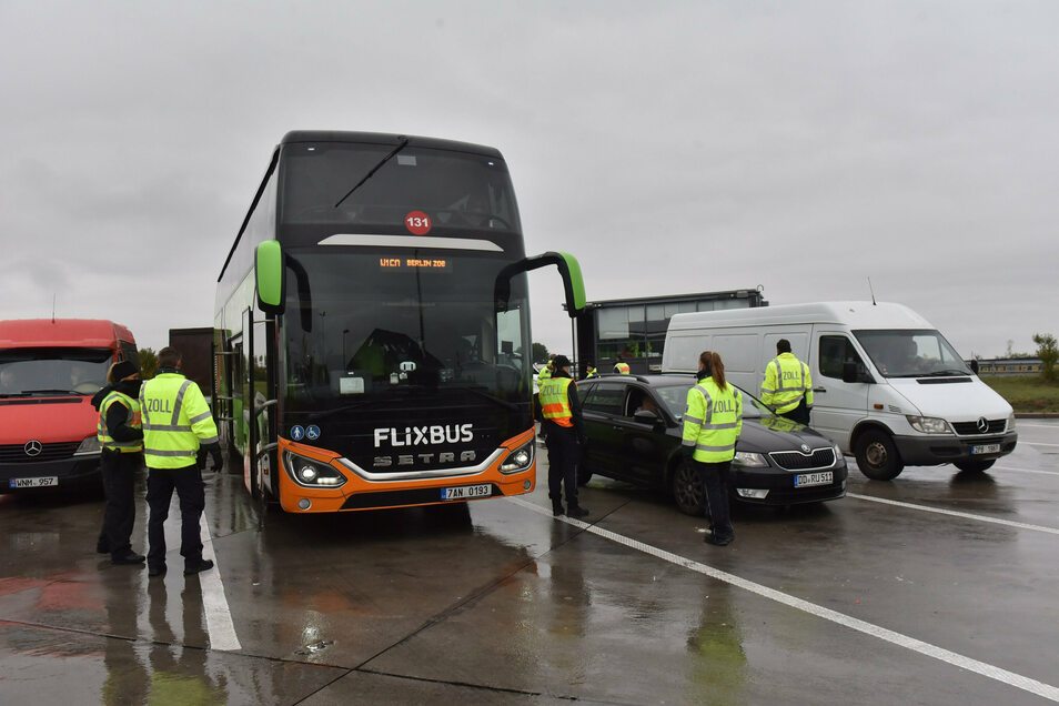 Ob Auto, Transporter oder Reisebus: Bei der Kontrolle an der A17 machen die Zöllner keine Unterschiede. In einem Fall finden sie eine Menge Falschgeld.