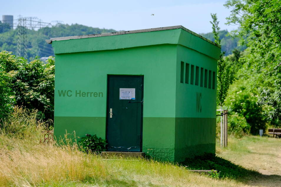Musste wegen massiver Zerstörungen im Innern geschlossen werden - die Toilettenanlage auf der Ostseite des Lößnitzbades.
