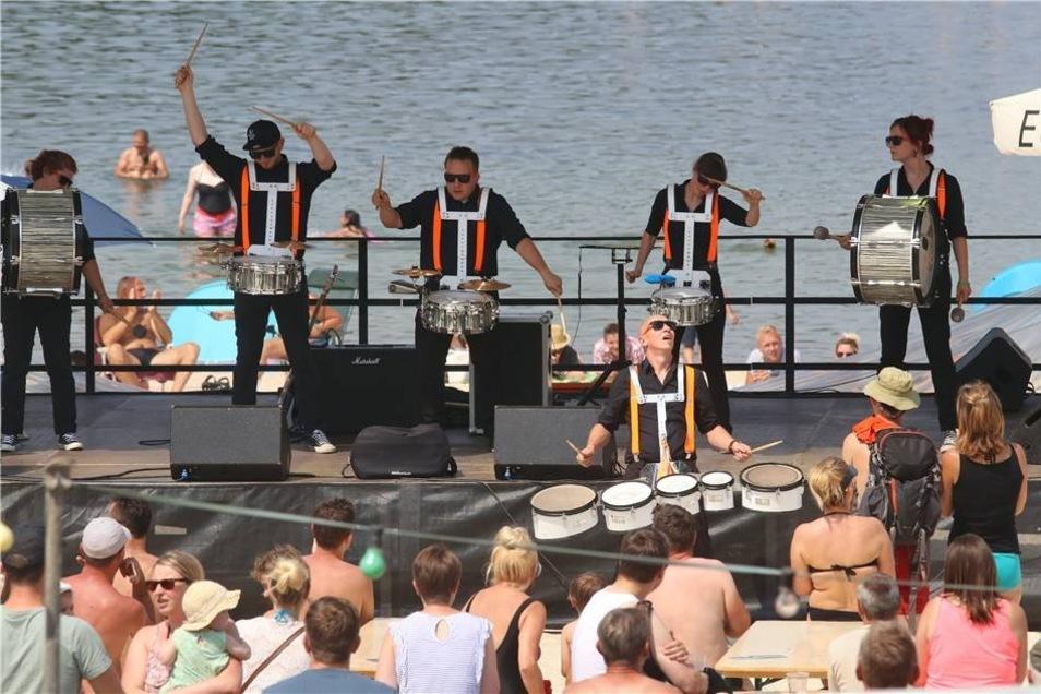 ... als auch wenig später auf der Bühne. Hier präsentierten die Trommler den Rhythmus, bei dem der Zuschauer einfach mit muss.