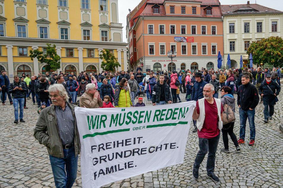 """Unter dem Motto """"Wir müssen reden"""" protestierten am Donnerstag rund 300 Leute in Bautzen gegen die aktuelle Corona-Politik."""
