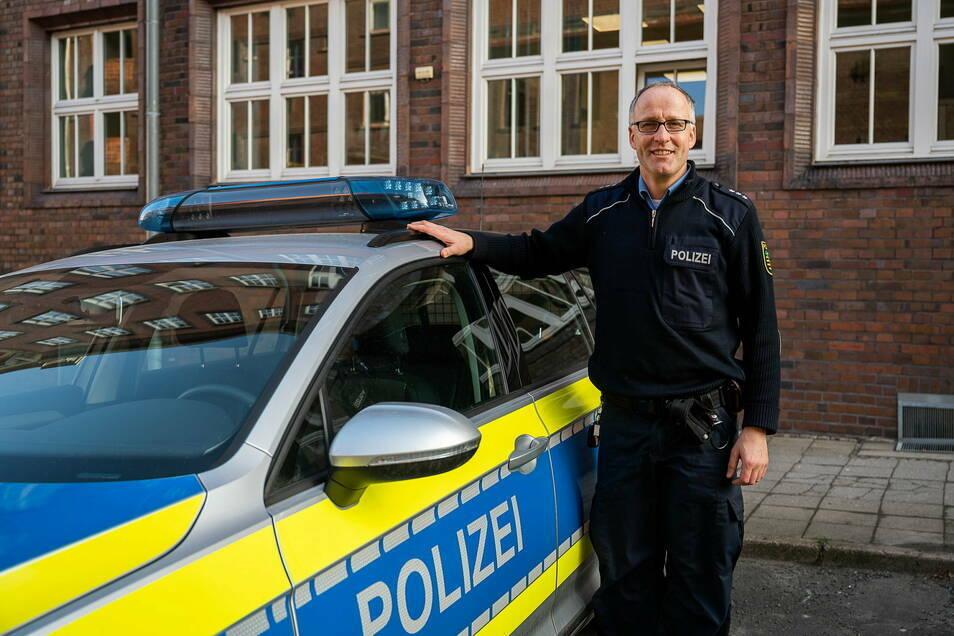 Polizeihauptkommissar Danilo Jander rettete eine Wildgans auf dem zugefroren Berzdorfer See.