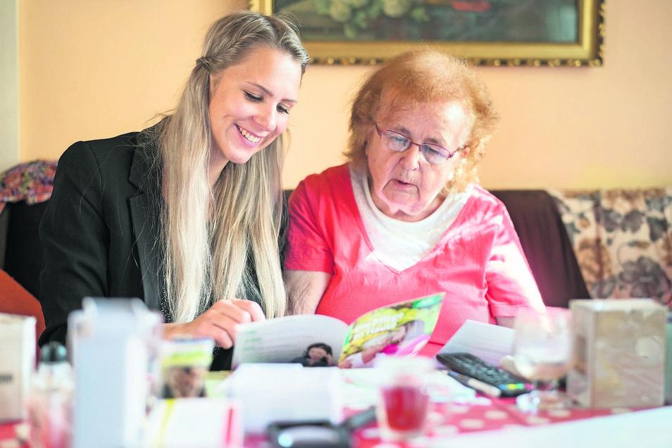 Viele Fragen an die Pflegeberaterin Maresi Nicko: Rentnerin Monika Freytag aus Dresden betreut ihren schwerkranken Lebensgefährten und will wissen, wie sie den Entlastungsbetrag erhält und wie hoch das Budget für den Pflegedienst ist.