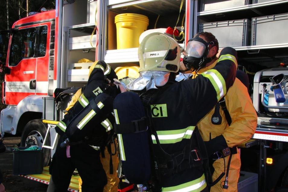 Zehn Feuerwehrleute brauchten ärztliche Hilfe  aufgrund der Schadstoffe in der Luft.