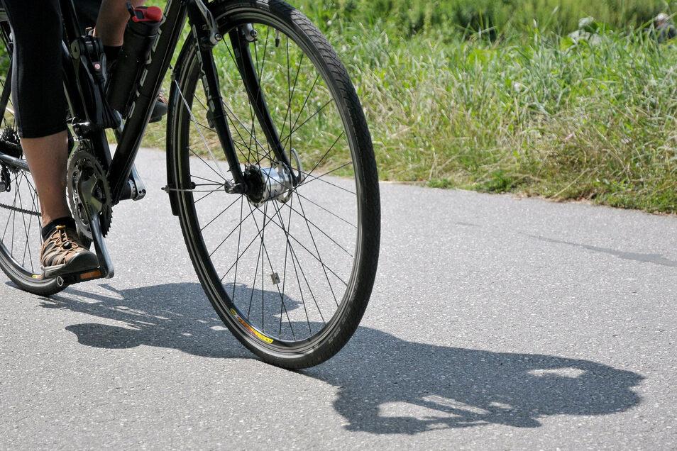 Nicht auf dem Fahrradweg, sondern auf dem Gehweg und noch dazu in Schlangenlinien fuhr ein 53-Jähriger durch Hainichen. Natürlich war Alkohol im Blut des Radlers. Unbeirrt fuhr er dennoch weiter.
