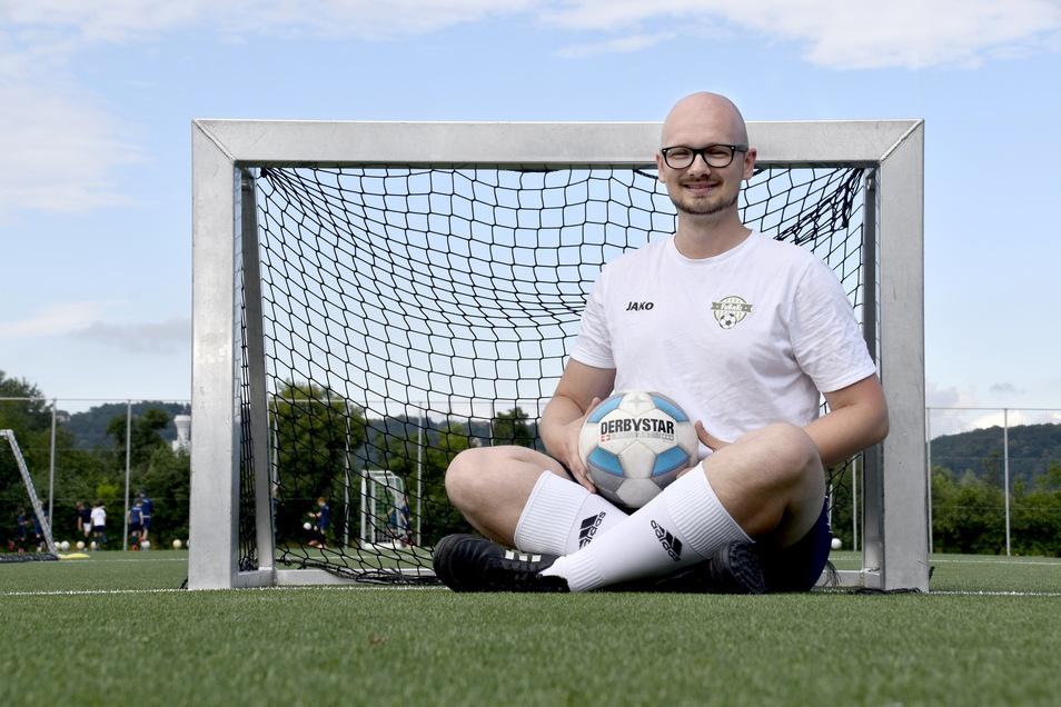 Mit Minitoren fängt an, was später auf dem Großfeld funktionieren soll. Trainer Dominik Kirst bringt bei Soccer for Kids die Acht- und Neunjährigen auf Trab.