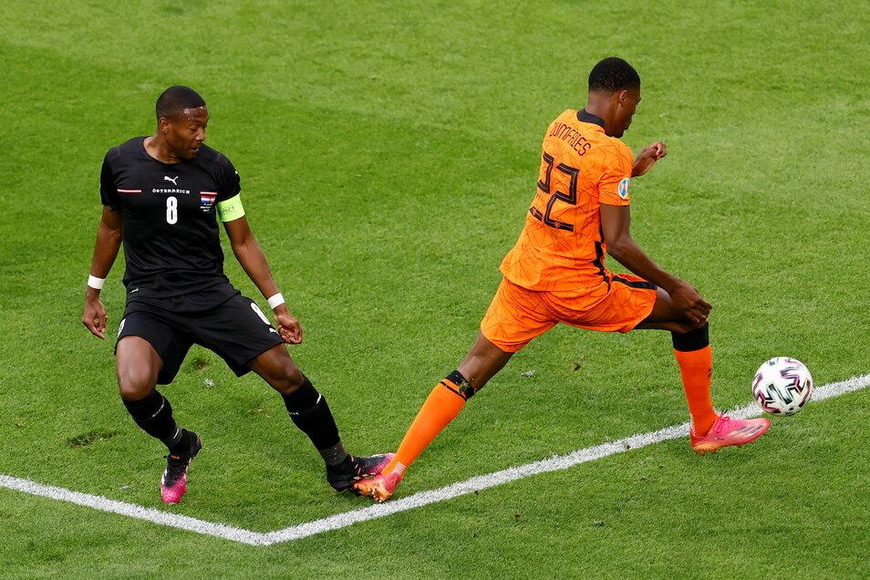 Die Entstehungsgeschichte des 1:0 für die Niederlande: Österreichs David Alaba tritt Denzel Dumfries auf den Fuß. Nach Sichtung des Videomaterials gibt der Schiedsrichter Elfmeter.