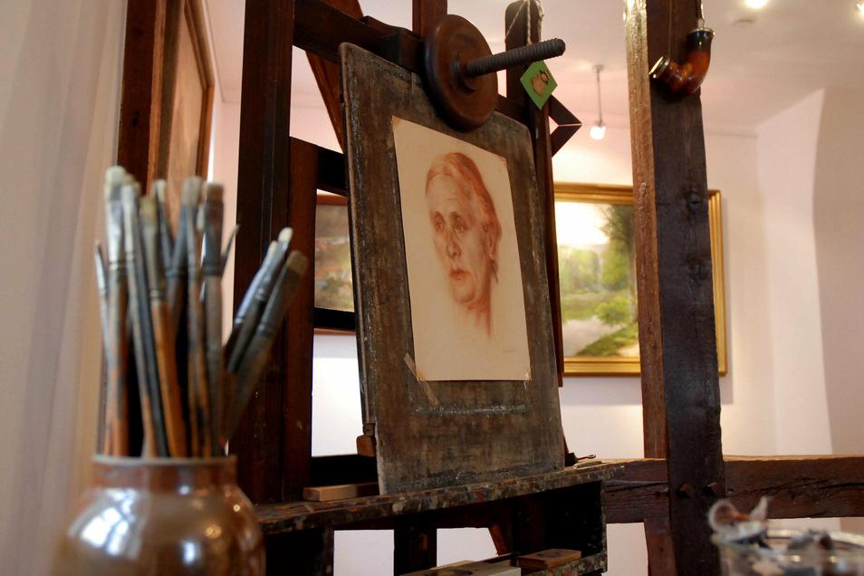 """Auch Staffelei und Pinsel des """"Meisters"""" sind in der Galerie im Stiefelmuseum ausgestellt. Es scheint fast so, als käme der Maler jeden Moment zurück und würde sich wieder seiner Arbeit widmen."""