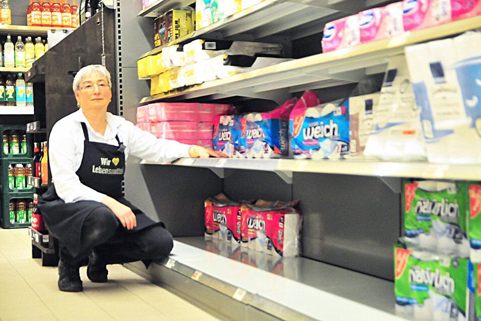 Seit Ende vergangener Woche wird im Großenhainer Edeka gehamstert: Wasser, Konserven und Suppen sind begehrt. Auch Küchenrolle und Toilettenpapier sucht man in den Regalen bald vergebens.