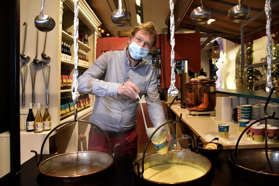 Moritz Hitzer schenkt aus: Der selbst gemachte Eierpunsch ist bei vielen Dresdnern Kult.