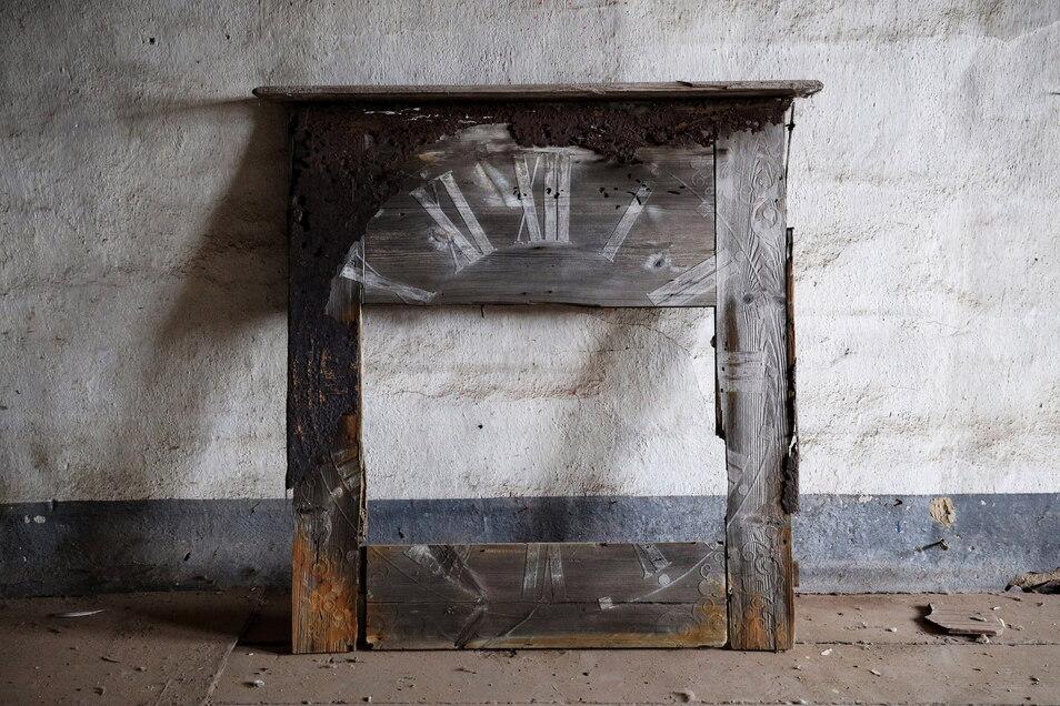 In einem Dachraum des Schlosses steht dieses originale Ziffernblatt der alten Turmuhr.