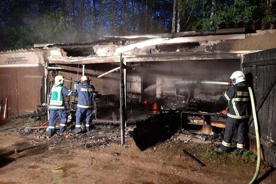 In der Nacht zu Sonnabend rückten die Kameraden der Döbelner Feuerwehr zu einem Garagenbrand aus.