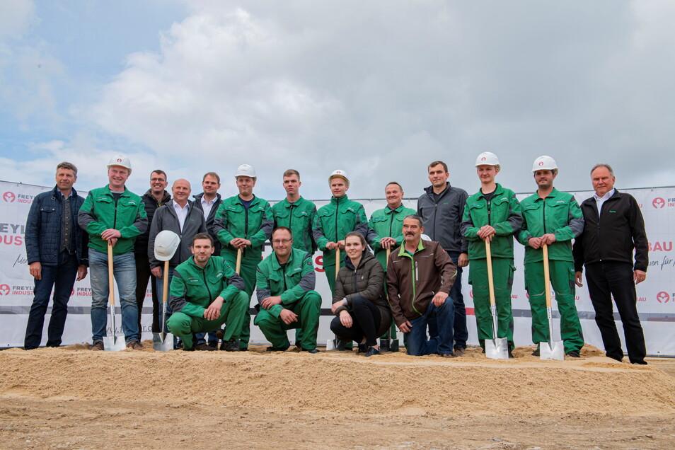 Das sind die Mitarbeiter des derzeitigen Baywa-Stützpunktes Cunnersdorf sowie die bayrischen Gäste des offiziellen Spatenstiches in Großenhain.