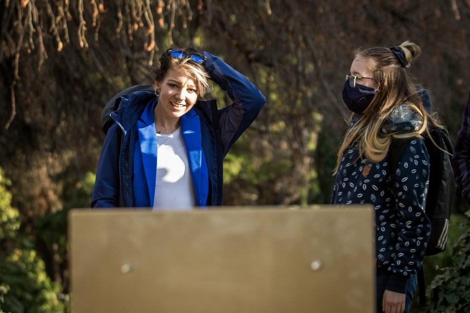 Nicole Pankratz (l.) und ihre Schwester Sandy sind bei der Aufstellung des Grabmals auf dem Neustädter Friedhof dabei.