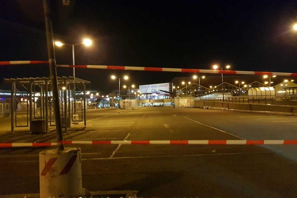 Gähnende Leere am Donnerstagabend auf dem Parkplatz am Kaufpark: Absperrband blockiert die Zufahrt auf das obere und mittlere Parkdeck.