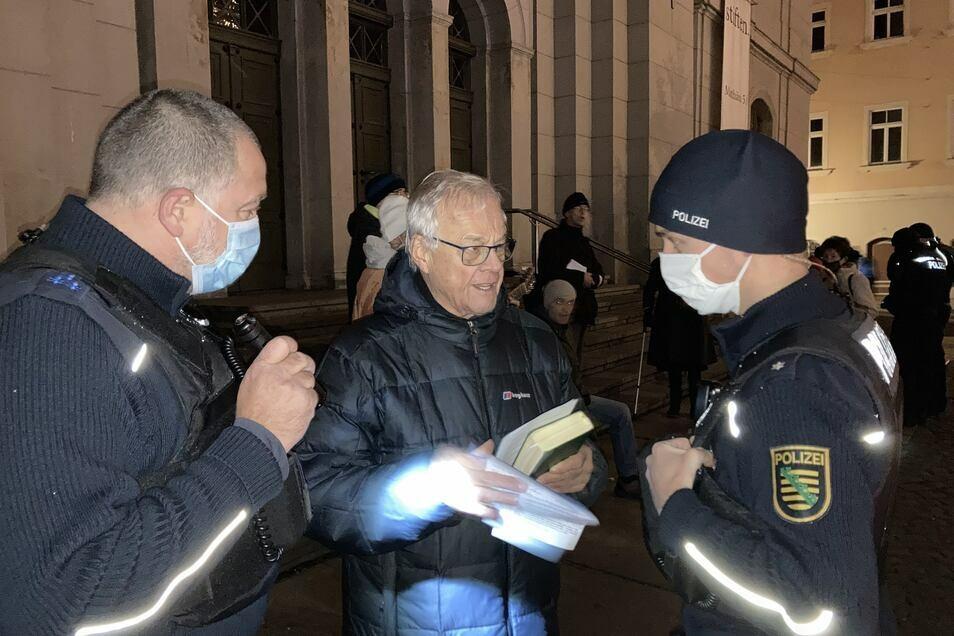Polizeibeamte überprüfen Personalien und Attest von Professor Peter Dierich.