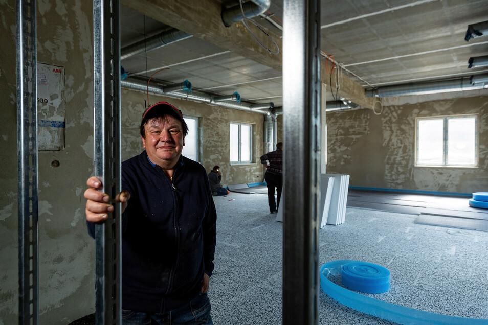 Gastwirt Frank Kunath steht hier auf der Baustelle für die Waldschänke an der Talsperre Klingenberg. Derzeit läuft der Innenausbau der künftigen Gaststube.