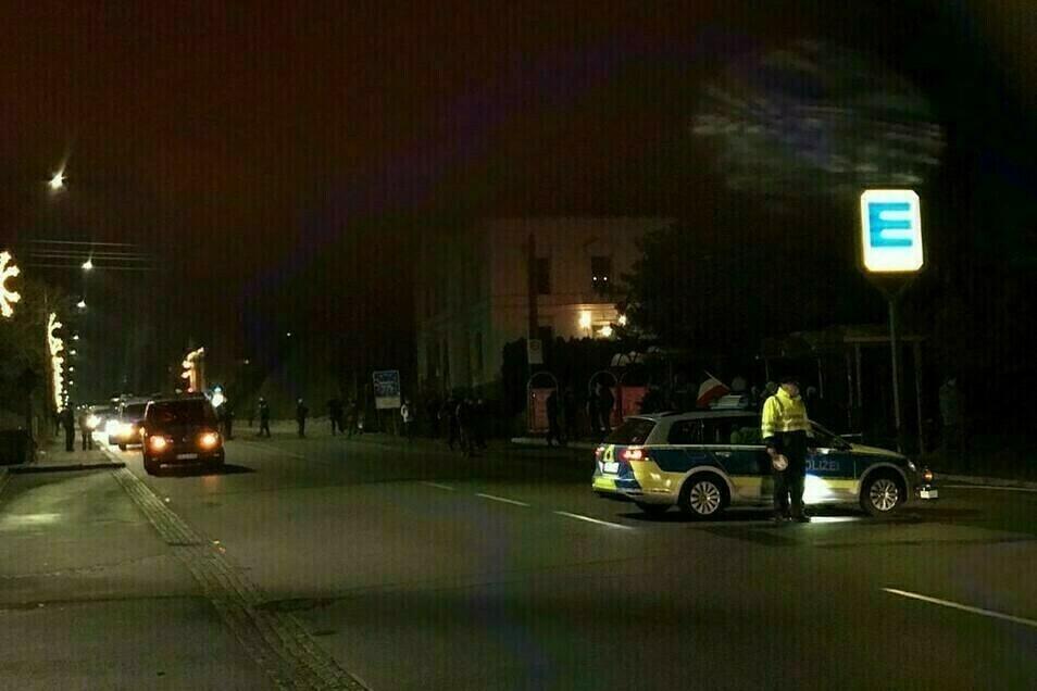 Seit Monaten protestieren Menschen jeden Montag an der Hauptstraße in Neugersdorf - hier ein Bild von Mitte Dezember.