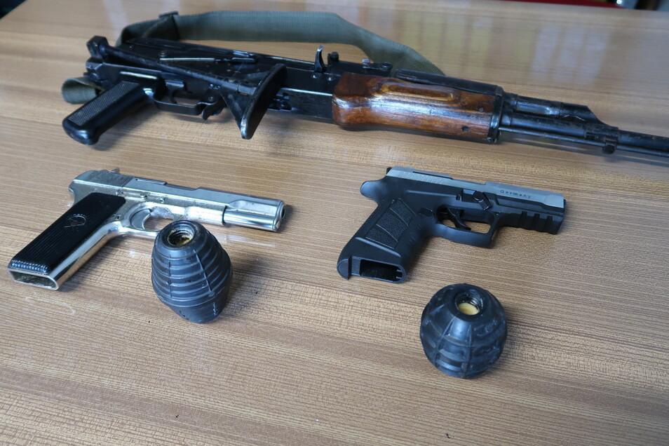 Kriegswaffen - unter ihnen die abgebildeten, eine AK 47, zwei Pistolen und zwei Handgranaten - sind auch Jahre nach dem Bürgerkrieg am Balkan noch im Umlauf und leicht verfügbar. Sie sind eine einträgliche Geldquelle für Waffenschmuggler.