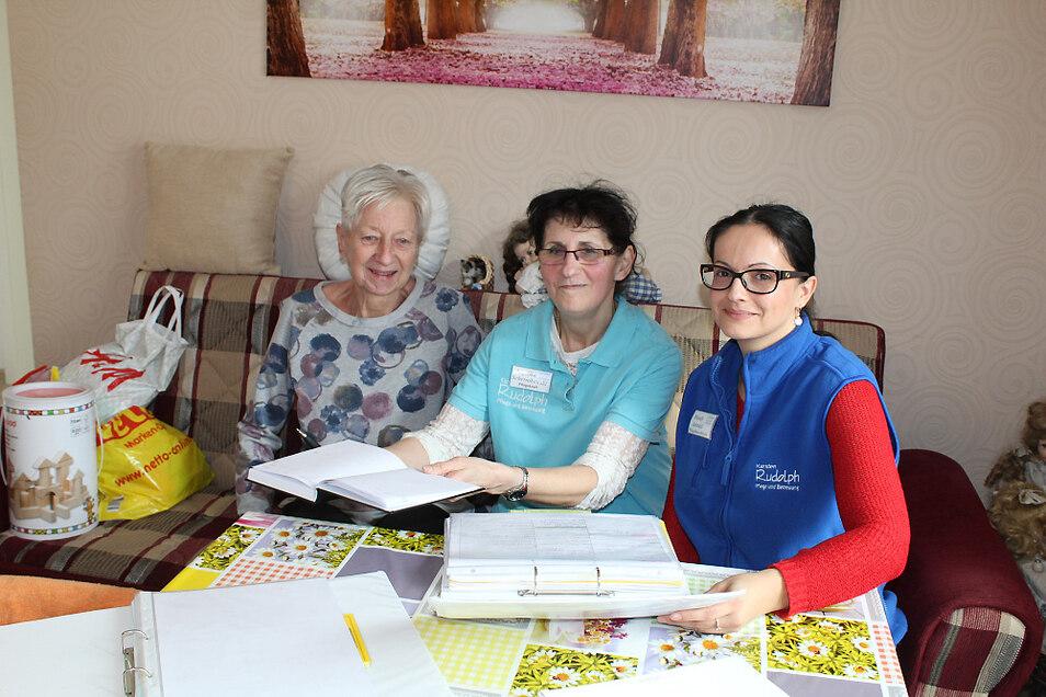 Christel Groer (li.) fühlt sich bei Angelika Schernikowski (Mi.) gut betreut. Das freut Pflegedienstleiterin Mandy Jahndel.