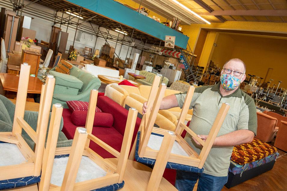 Es wird eng: Joachim Stolz ist Verkäufer im Sozialkaufhaus Pirna und bereitet alles für den Aktionstag am Mittwoch vor.