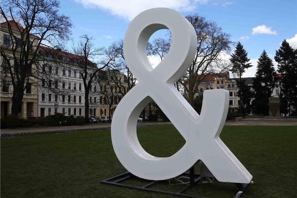 """Das """"Und""""-Zeichen auf dem Wilhelmsplatz sieht tagsüber erst einmal nicht unbedingt spektakulär aus ..."""
