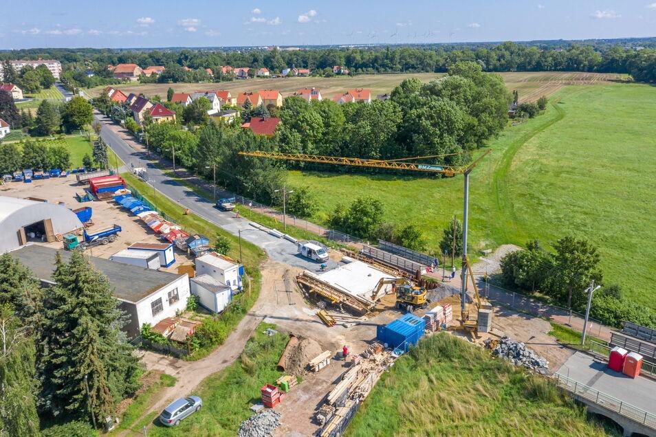 Bleibt noch bis Ende Oktober Baustelle: die Brücke an der Poppitzer Landstraße. Nun ist klar: Für die nächste dort geplante Baustelle bekommt Riesa nun weniger Geld als gedacht.