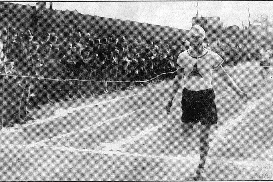 """Staffelläufe """"Quer durch Freital"""" zählten in den 20er-Jahren im Weißeritztal zu den leichtathletischen Höhepunkten. Unser Foto: Die Siegervertretung beim Zieleinlauf auf den Sportplatz an der Steiger-Gaststätte."""