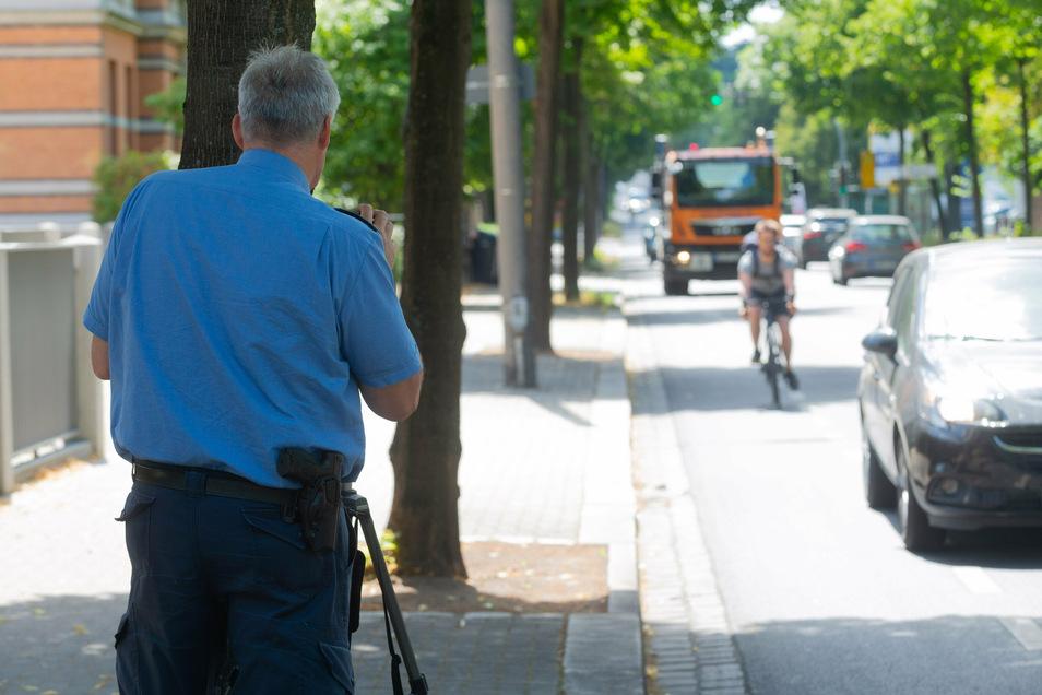 Im Juli kontrollierte die Dresdner Polizei in der Chemnitzer Straße, ob Autofahrer beim Überholen der Radfahrer den vorgeschriebenen Abstand von 1,50 Metern einhalten. Weil die aktuelle Situation dort gefährlich ist, soll der Radverkehr auf die parallel v