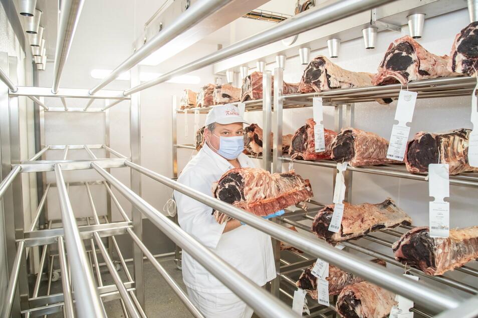 Torsten Fiebig im neuen Kühlraum. Er ist Betriebsleiter der Nieskyer Filiale der Fleischerei Richter. Hier wird das Rindfleisch 28 Tage trocken gelagert.