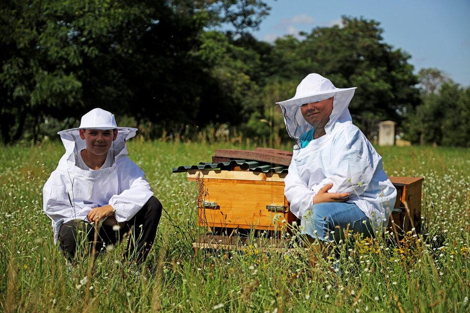 Es summt, es blüht, aber es kann auch mal piksen: Diese beiden Teilnehmer des Sprungbrett-Feriencamps haben sich an den neuen Bienenstöcken auf Gut Göhlis in Schutzkleidung gehüllt.