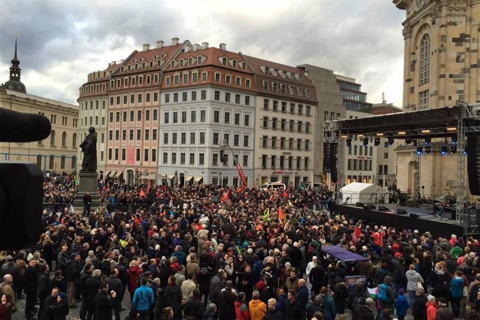 Die Menschen versammeln sich vor der Bühne auf dem Neumarkt.
