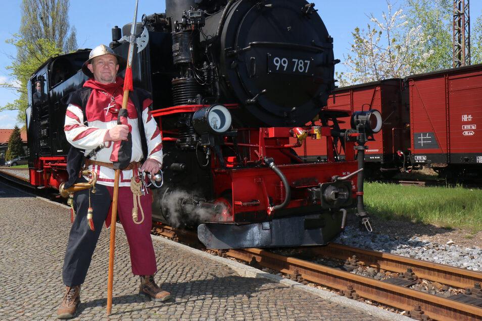 Der Zittauer Stadtwächter empfängt die Gäste am Bahnhof.