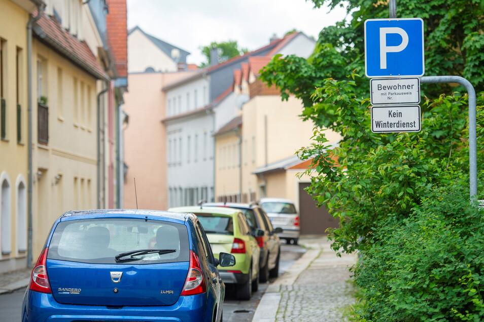 Parkende Autos in der Neumarktgasse in Großenhain: Eigentlich gib es hier nur Stellflächen für Anwohner. Oder?